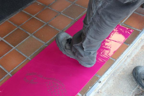 Application du tapis anti-poussière, les particules sous la chaussure sont piégées